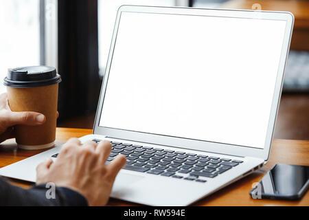 Nahaufnahme des Menschen Hände mit modernen Laptop Kaffee trinken in der modernen hellen Café bei Business Lunch. Freiberufler oder Unternehmer Arbeiten am Laptop neben - Stockfoto