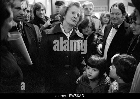 Margaret Thatcher den Wahlkampf für die Bundestagswahl 1979 in Northampton. Die lokalen Wahlkreis Unterstützer auf einem Spaziergang über. Zu ihrer Linken in Bow Tie, Northampton Süden Tory Wartungstafel Michael Morris, der jetzt Baron Naseby von Sandy. 1970 s HOMER SYKES - Stockfoto