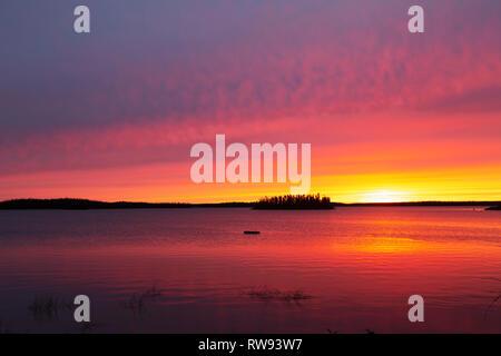 Daybreak bei Egenolf See im nördlichen Manitoba, Kanada. Der Himmel ist golden wie die Sonne beginnt zu steigen. - Stockfoto