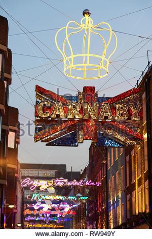 London Christmas shopping auf Carnaby Street in London. - Stockfoto