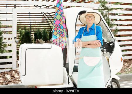 Zeitgenössische Senior Gärtner - Stockfoto