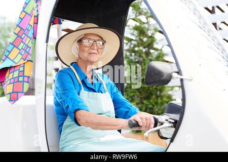 Senior Gärtner Auto - Stockfoto