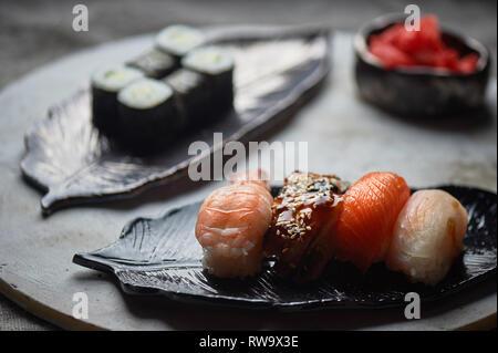 Japanische Küche auf handgefertigte Keramik. - Stockfoto
