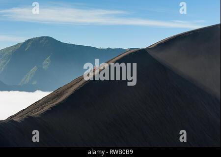 Schönen Morgen Berglandschaft mit unkenntlich Wanderer auf steilen Abschnitt der Kraterrand Ridge. - Stockfoto
