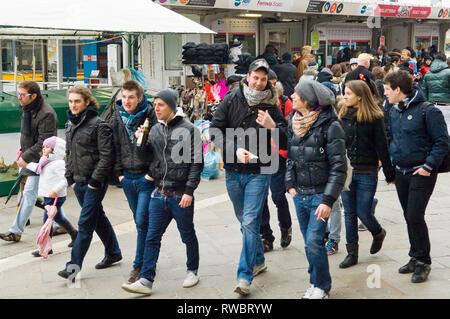 Gruppen von Menschen zu Fuß während des Karnevals Wochenende in Venedig, Italien - Stockfoto