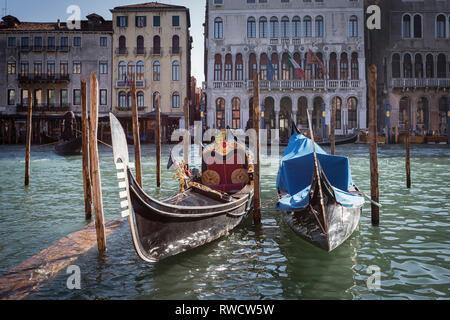 Gondeln vor Anker am Canal Grande, Venedig, Italien - Stockfoto