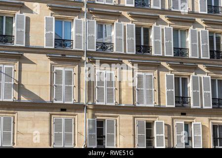 Apartments in Paris mit hölzernen Fensterläden im Sonnenschein, Rue Notre Dame De Lorette, St Georges in der 9. Arrondissement von Paris - Stockfoto