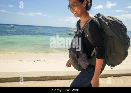 Backpacker Mädchen Wandern am Strand von Panglao - Bohol, Philippinen - Stockfoto