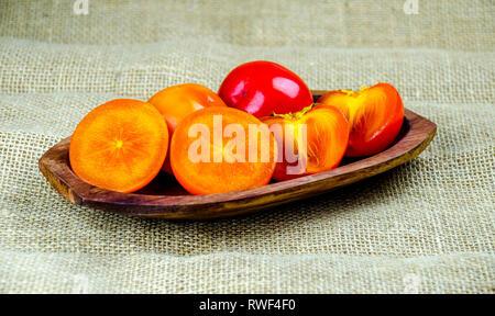 Frisch und saftig persimmon Früchte auf Holzplatte. - Stockfoto