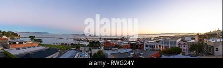 Panoramabild mit North Point Nachbarschaft, Alcatraz, Fisherman's Wharf und der San Francisco Bay bei Tagesanbruch - Stockfoto