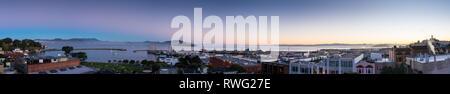 Panoramabild mit North Point Nachbarschaft, Alcatraz, Fisherman's Wharf und der San Francisco Bay bei Sonnenaufgang - Stockfoto