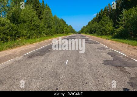 Schlecht asphaltierte Straße im Sommer in Russland. Region Tver. Seliger - Stockfoto