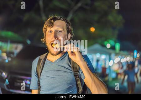 Junger Mann Tourist auf der Walking Street asiatische Lebensmittel Markt Stockfoto