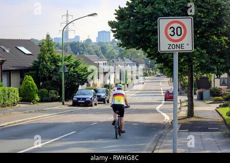 Essen, Nordrhein-Westfalen, Ruhrgebiet, Deutschland - 30-Zone, Fahrradverleih, Straße mit Radfahrer in Stoppenberg mit Blick in Richtung Stadtzentrum von Essen, hier auf der - Stockfoto