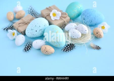Ostereier auf einem blauen Hintergrund. Festliche Ostern Hintergrund - Stockfoto
