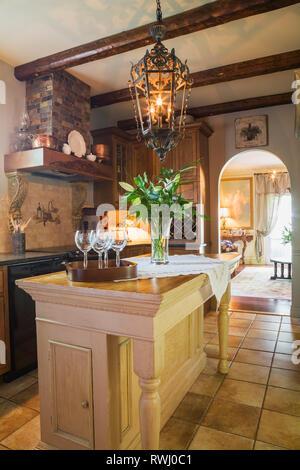 Ansicht der Küche mit umfunktionierten Kirche Altar Tabelle als Insel im Inneren eine Reproduktion 2006 ein Renaissanceschloss aus dem 16. Jahrhundert Stil Wohnhaus, Q - Stockfoto