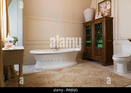 Freistehende Badewanne im Boot und Holzgehäuse mit Bleiglas Panels im Master Badezimmer in der oberen Etage in einer Reproduktion von 2006 - Stockfoto