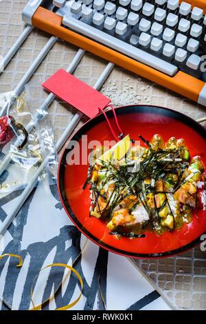 Hawaiian poke Schüssel Lachs mit Reis und Avocado. Asiatische trendy Essen Sashimi. Ansicht von oben, flach. - Stockfoto