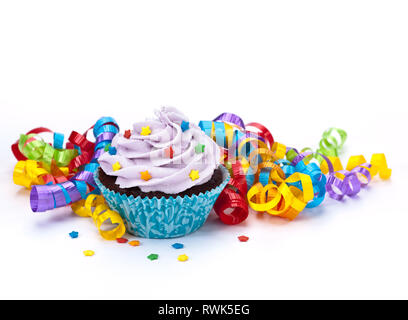 Lila Geburtstag Cupcake mit bunten Bändern isoliert auf weißem - Stockfoto