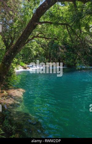 Einer der Pools am Oberlauf des Skradinski buk, ein Wasserfall auf dem Fluss Krka in den Nationalpark Krka Šibenik-Knin, Kroatien - Stockfoto