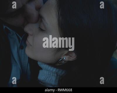 Mann küssen Frau auf Nase mit geschlossenen Augen