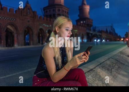 Hipster Frau Textnachrichten auf der Straße, Berlin, Deutschland - Stockfoto