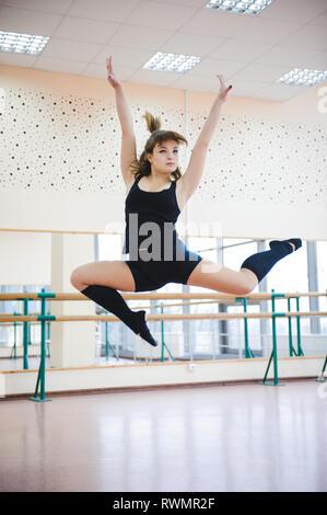 Tänzerin ist Übungen in der ballettklasse - Stockfoto