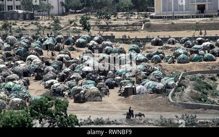 20. Oktober 1993 fest verpackt, provisorische Zelte sind mehrere Hundert Flüchtlinge vor der Polytechnischen Institut von Mogadischu in Somalia. - Stockfoto