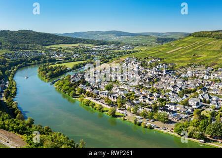 Anzeigen von Riverside Dorf mit in den Fluss und den steilen Weinbergen im Hintergrund und blauen Himmel bend; Bernkastel, Deutschland