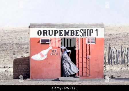 Die Herero Frau von einem Shop in den trockenen Kunene Region des nördlichen Namibia. - Stockfoto