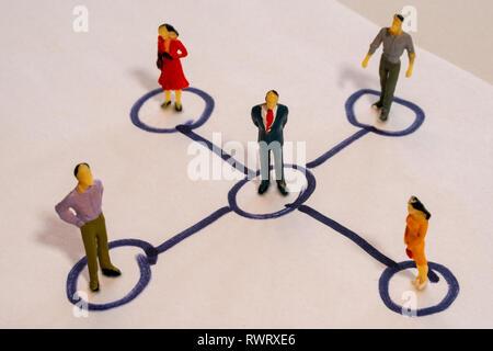 Soziales Netzwerk Regelung enthält Miniatur Geschäftsleute miteinander verbunden. Networking Konzept. - Stockfoto