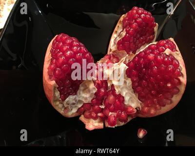Reife rote Granet oder Garnett. Rote reife Früchte Granatapfel isolieren auf dem weißen Hintergrund. Vegetarische Konzept, organischen Vitaminen, Detox, Diät. Organische - Stockfoto