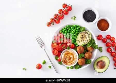 Gesund vegan Mittagessen Schüssel mit falafel hummus Tomate avocado Erbsen