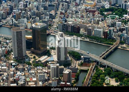 Panoramablick auf die moderne Skyline der Stadt aus der Vogelperspektive aerial Tagesansicht mit Tokyo skytree unter dramatischen Glühen in Tokio, Japan. - Stockfoto