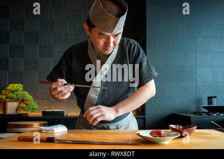 Chefkoch Sushi Sora Restaurant im Mandarin Oriental Hotel auf der Insel Honshu, Tokio, Japan - Stockfoto