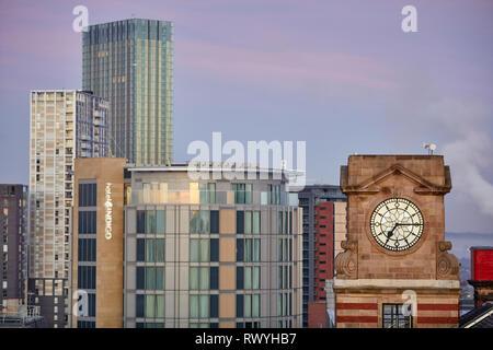 Dawn first light Manchester eine alte Uhr auf einem coop Gebäude mit salford hinter - Stockfoto