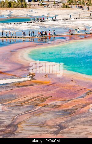 Touristen auf einem Steg im thermischen Bereich, Hot Springs, Grand Prismatic Spring, Midway Geyser Basin, Yellowstone National Park - Stockfoto