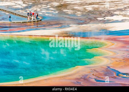 Touristen auf einem Steg im thermischen Bereich, dampfende heiße Quelle, Grand Prismatic Spring, Midway Geyser Basin - Stockfoto
