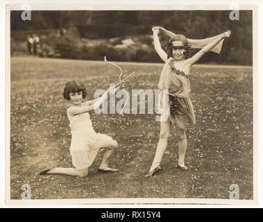 1920 Foto von Lady's Acland Töchter, Molly (LH), Betty (RH) von Billie Bristow, Choreografie von Dorice Stainer, Leslie Howard's Schwester, draußen im Garten, London, England ca. 1928 - Stockfoto