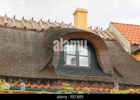 Dragør Altstadt mit engen, kopfsteingepflasterten Gassen mit historischen bunte Häuser von den 1700 und 1800er Jahren und ist ein charmantes Fischerdorf gesäumt. - Stockfoto