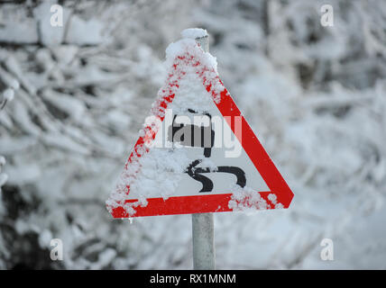 UK Road Traffic sign Warnung vor glatten Straßen. - Stockfoto