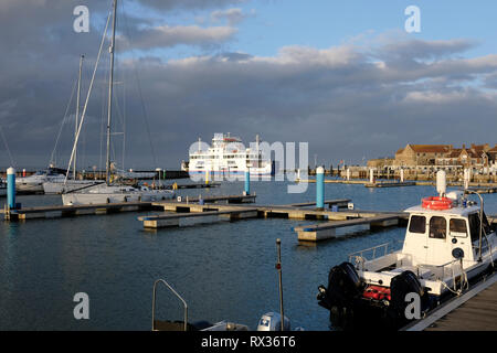 Anzeigen von Yarmouth Hafen und Marina auf der Insel Wight. Eine Wightlink Fähren ist der Terminal in Yarmouth gebunden für Lymington. - Stockfoto