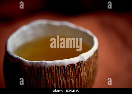 Japanische Küche auf handgefertigte Keramik. Grüner Tee in einem handgefertigten Becher mit Kokosnuss Textur. Ein warmes Getränk - Stockfoto