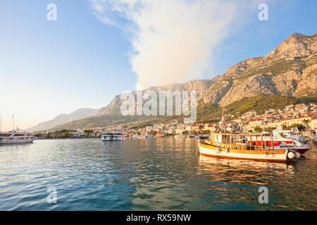 Makarska, Dalmatien, Kroatien, Europa - Rauch von einem wildfire über den Bergen von Makarska. - Stockfoto
