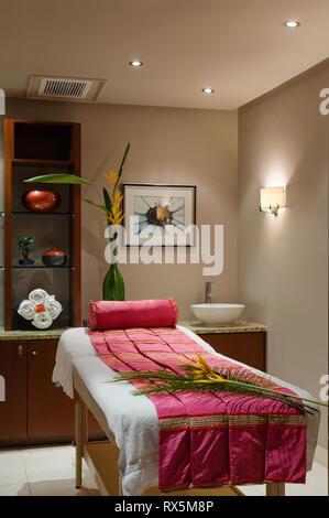 Blumen auf Massage Tisch - Stockfoto