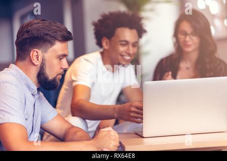 Teamarbeit-Konzept. Junge kreative Mitarbeiter arbeiten mit neuen Startprojekt in modernen Büro. Gruppe von Personen analysieren Daten auf desktop-Computer. - Stockfoto