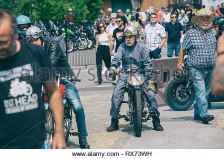 Biker auf einem Oldtimer AJS Motorrad in Brooklands Motorrad event. Brooklands, Weybridge, Surrey, England - Stockfoto