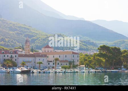 Makarska, Dalmatien, Kroatien, Europa - August 24, 2017 - Mehrere Boote im Hafen von Makarska. - Stockfoto