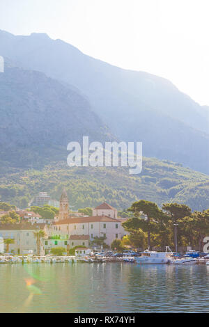 Makarska, Dalmatien, Kroatien, Europa - August 24, 2017 - Blick über den Hafen von Makarska. - Stockfoto
