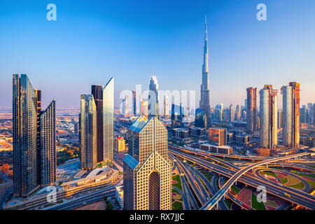 Beeindruckende Skyline von Dubai am Sonnenuntergang, Dubai, Vereinigte Arabische Emirate - Stockfoto